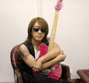 松本孝弘 愛用ギターが発見!20年行方不明のMusicman製のピンク(楽器メーカーの倉庫)
